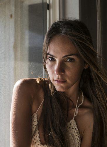 Bianca Castilho dans la villa de Waïmea Bay. Top Mila Bikinis.