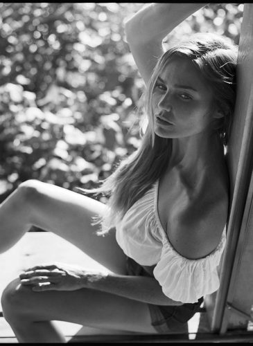 Camila Storchi portant un top Mila Bikinis