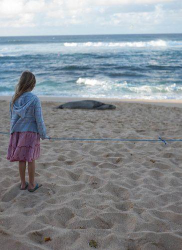 petite fille sur plage d'Hookipa